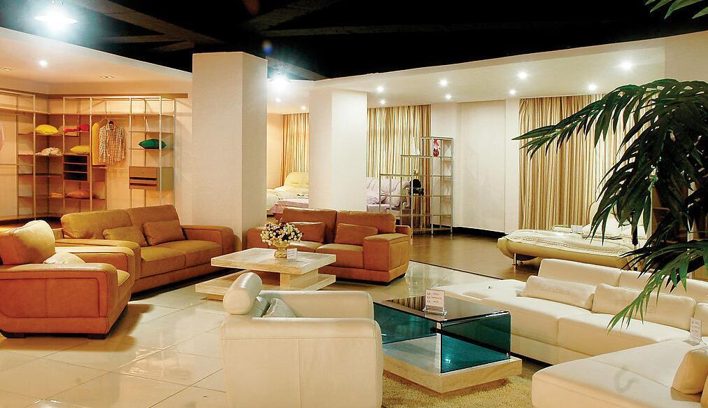 家裝,家庭住宅裝修裝飾的簡稱。狹義的家裝:指室內裝飾,是從美化的角度來考慮的,以使室內的空間更美觀;廣義的家裝:包括室內空間的裝修。家裝對于每一個家庭來說,都是相當重要的,而家裝施工工藝對于是整個家裝的主架結構,而我們很多人對于家裝總是會有自己的誤區,比如買涂料吧,很多人覺得沒有味道的油漆涂料就是好的,其實這種說話是錯誤的,那么家裝施工到底是怎樣的呢?下面我們帶大家簡單的去了解一下家裝施工工藝流程的具體環節。  家裝施工工藝流程開工前準備工作 1、首先是要將本次的裝修工程的設計特點給明顯的闡述出來,比如